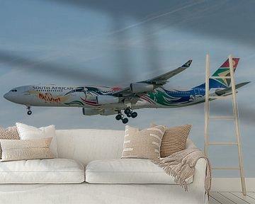 Kleurrijke Airbus A340-300 passagiersvliegtuig van South African Airways in de landing bij de luchth van Jaap van den Berg