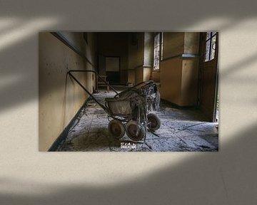 Kinderwagen in einem verlassenen Kloster. von Het Onbekende