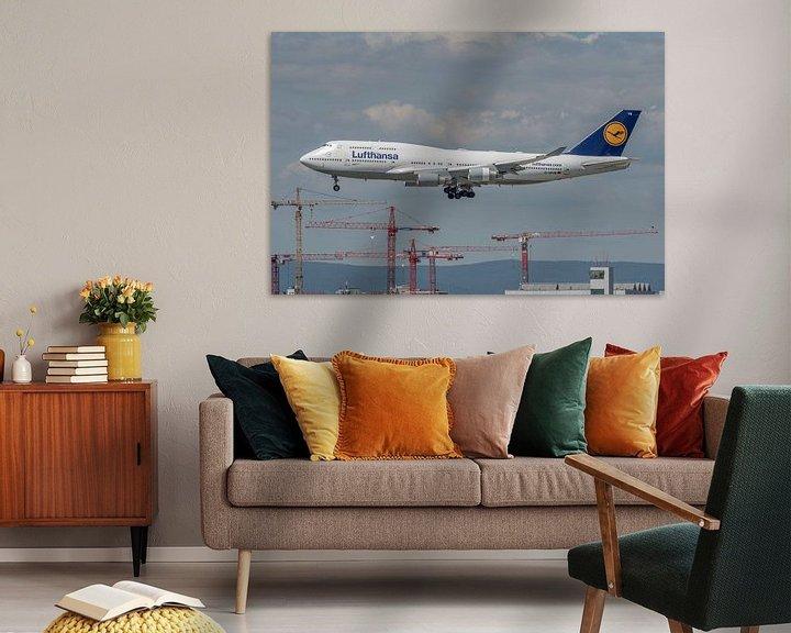 Sfeerimpressie: Een Boeing 747-400 van Lufthansa in de landing gefotografeerd bij de luchthaven van Frankfurt. van Jaap van den Berg
