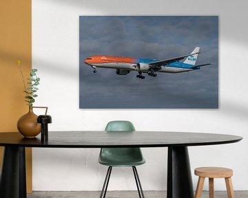 Boeing 777-300 van de KLM, de Orange Pride, hier gefotografeerd in de landing op de Zwanenburgbaan. van Jaap van den Berg