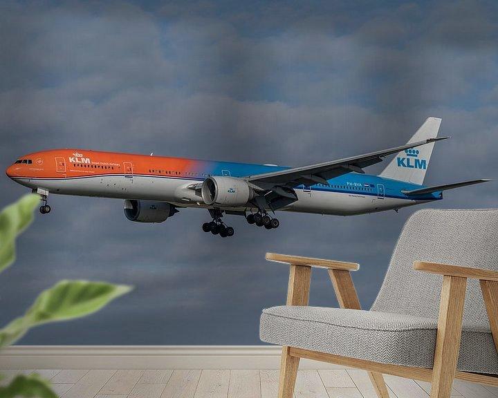 Sfeerimpressie behang: Boeing 777-300 van de KLM, de Orange Pride, hier gefotografeerd in de landing op de Zwanenburgbaan. van Jaap van den Berg
