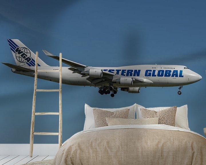 Sfeerimpressie behang: Boeing 747-400 Van Western Global Airlines (vrachtmaatschappij) in de landing op de Kaagbaan bij Sch van Jaap van den Berg