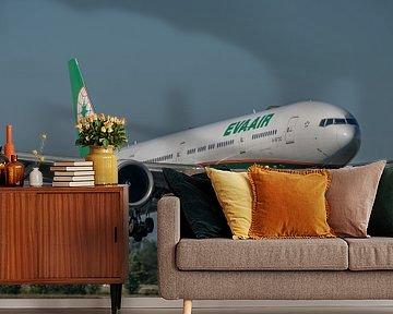 Boeing 777-300 van de Taiwanese maatschappij EVA AIR vlak voor de landing op de Polderbaan van Schip van Jaap van den Berg