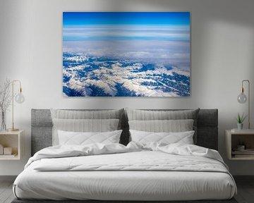 Besneeuwde Alpen Bergen Luchtfoto boven de wolken van Andreea Eva Herczegh