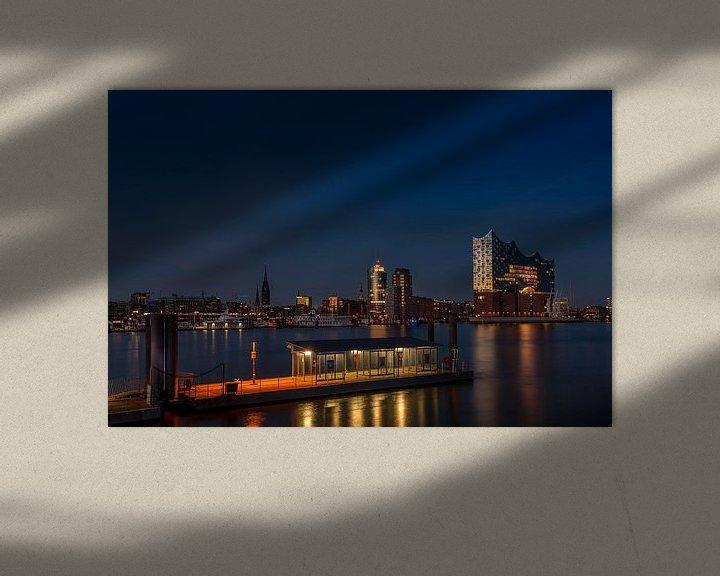 Sfeerimpressie: De moderne concertzaal van Hamburg, verlicht door de laatste zonnestralen, weerspiegelt een stralend van Annette Hanl