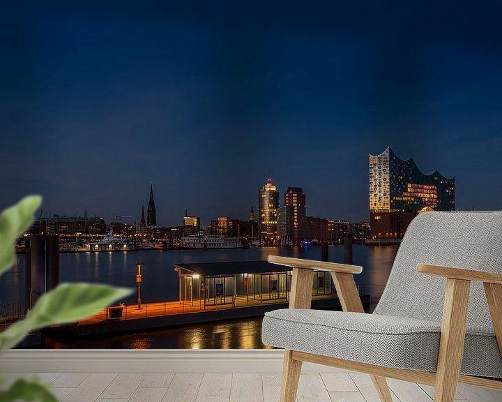 Sfeerimpressie behang: De moderne concertzaal van Hamburg, verlicht door de laatste zonnestralen, weerspiegelt een stralend van Annette Hanl
