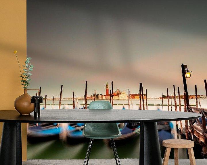 Sfeerimpressie behang: Drijvende gondels in Venetië van Damien Franscoise