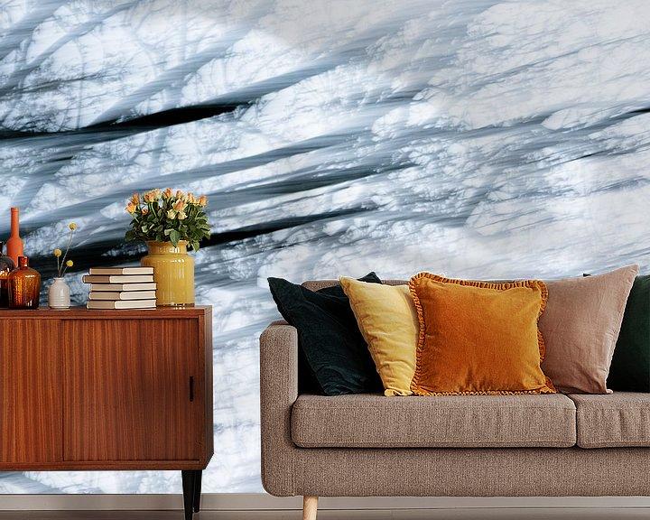 Sfeerimpressie behang: Boom   Abstract in blauw van Henriëtte Mosselman