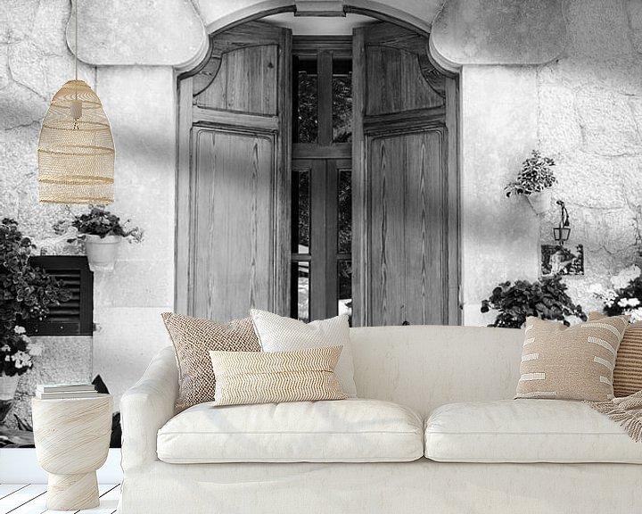 Beispiel fototapete: Alte Holztür mit Pflanzen und Blumentöpfen auf Mallorca von Evelien Oerlemans