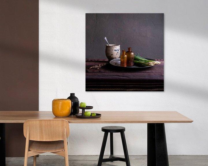Impression: Nature morte moderne avec poterie et oignons de printemps sur Affect Fotografie