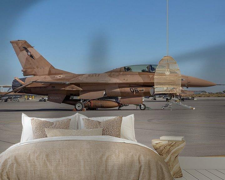 Sfeerimpressie behang: NSAWC Agressor Squad op Naval Air Station Fallon vliegt met de F-16 A/B Fighting Falcons. van Jaap van den Berg
