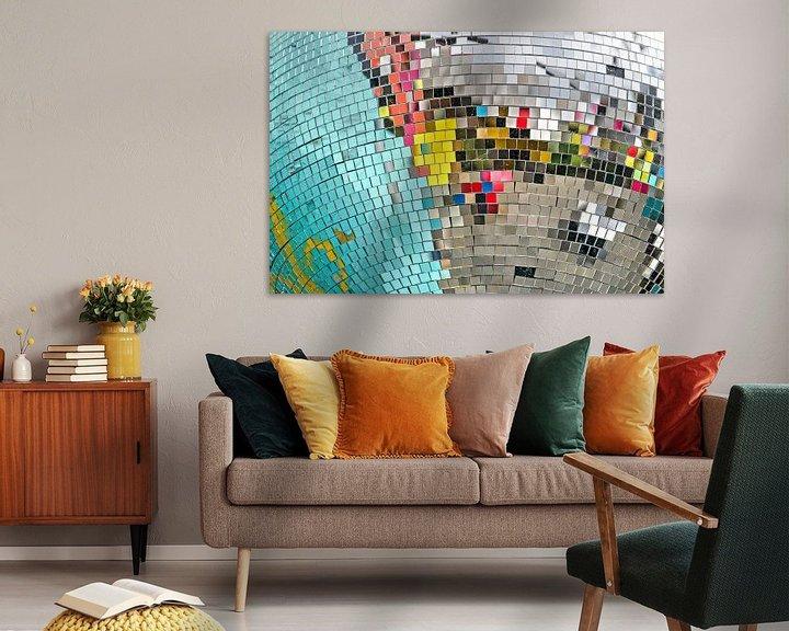Sfeerimpressie: Kleurige reflecties in een discobol van Frans Blok