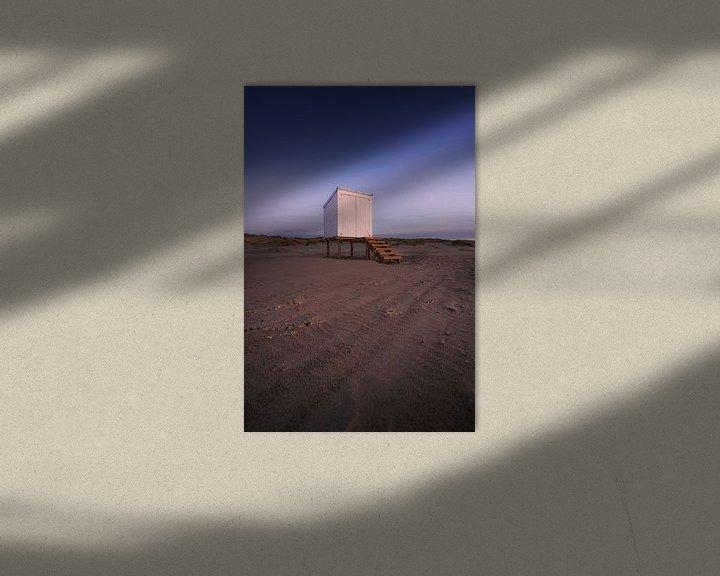 Sfeerimpressie: Strandhuis na zonsondergang van Thom Brouwer