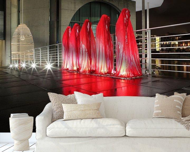 Sfeerimpressie behang: Vijf rode sculpturen op de weg in de regeringswijk van Berlijn van Frank Herrmann