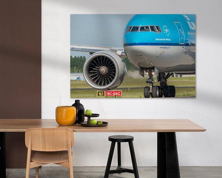 Sfeerimpressie: Bye bye, zwaai zwaai. Gezagvoerder van een KLM Boeing 777 zwaait vriendelijk naar enthousiaste spott van Jaap van den Berg