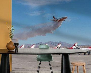 DC-10 blusvliegtuig geeft demonstratie van het lozen van bluswater tijdens airshow met op de voorgro van Jaap van den Berg