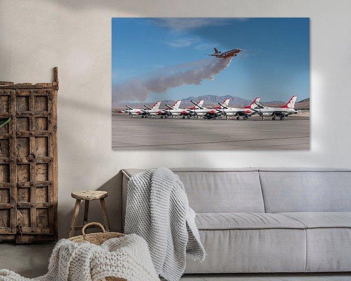 Sfeerimpressie: DC-10 blusvliegtuig geeft demonstratie van het lozen van bluswater tijdens airshow met op de voorgro van Jaap van den Berg
