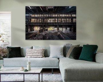 Een verlaten fabriekshal bij een staalfabriek