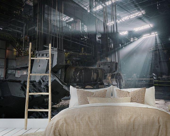 Sfeerimpressie behang: Zonnenstralen in een verlaten staalfabriek van Steven Dijkshoorn