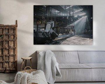 Zonnenstralen in een verlaten staalfabriek van Steven Dijkshoorn