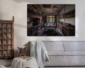 Huiskamer van een verlaten huis in België van Steven Dijkshoorn