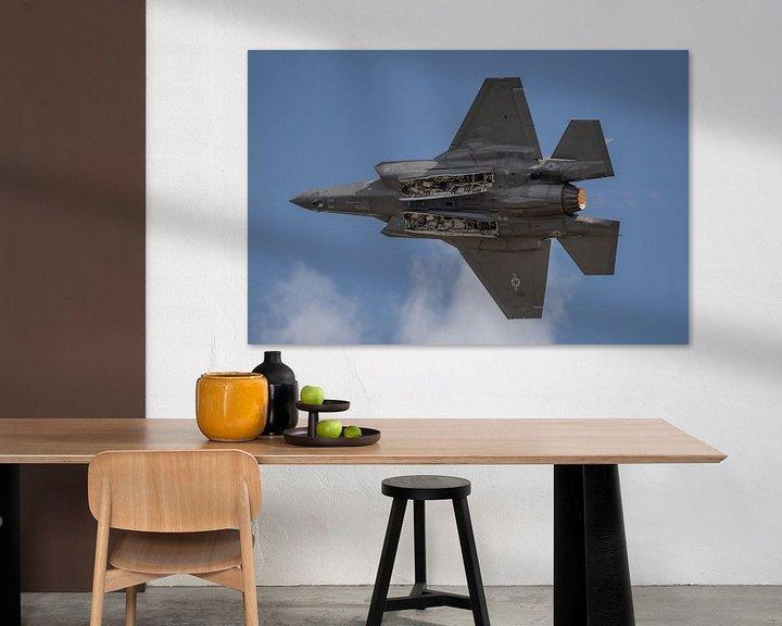Sfeerimpressie: Onderkantje! Lockheed Martin-F-35 Lightning II vliegt voorbij en de piloot laat de onderkant van de  van Jaap van den Berg