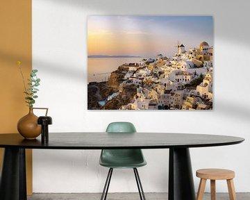 Golden hour op het eiland Santorini in Griekenland van Teun Janssen