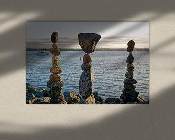 De kunst van het rotsevenwicht met water, wolken en lucht op de achtergrond van Mohamed Abdelrazek