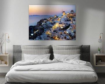 Windmolens van Santorini in de gloeiende avondhemel | Reisfotografie Griekenland van Teun Janssen