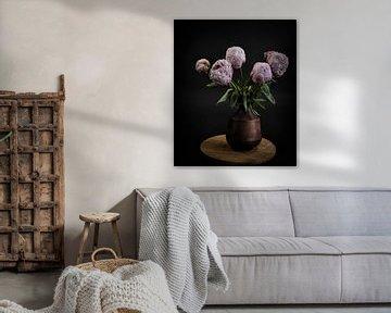 Stilleven met bloemen: roze pioenrozen in een vaas van Marjolein van Middelkoop