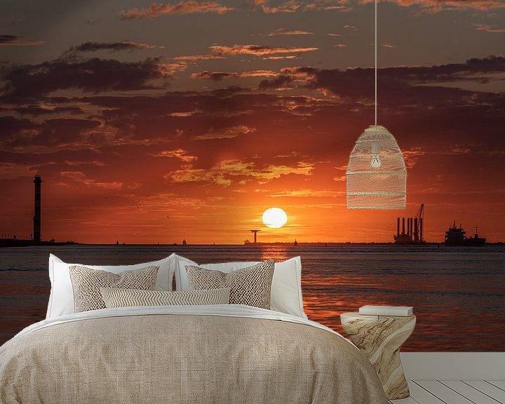 Sfeerimpressie behang: Zomer 2020. Verkoeling zoeken aan zee en dan een mooie zonsondergang meemaken. van Jaap van den Berg