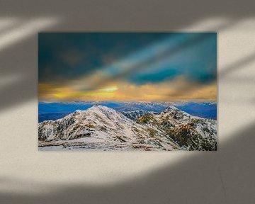 Besneeuwde bergen van de Schotse Hooglanden in de winter van Sjoerd van der Wal