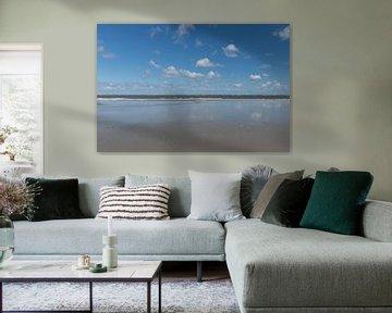 Schapenwolken weerspiegelen in zee van Patrick Verhoef