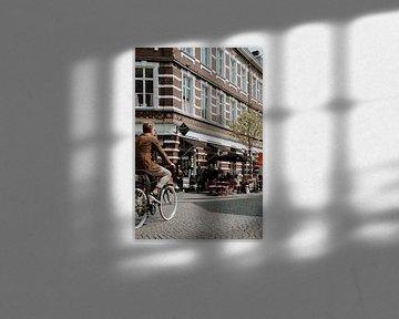 Stad Maastricht Wyck | Nederlandse fietser in de binnenstad | Café Zondag in Maastricht van eighty8things