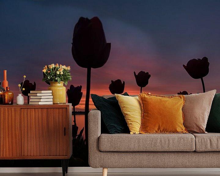 Sfeerimpressie behang: Tulpen tijdens zonsondergang. schaduw tulp van Robin van Maanen