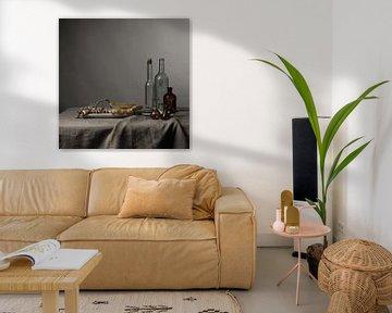 modernes Stillleben mit Spargel, Muscheln und Glaswaren [quadratisch]. von Affect Fotografie