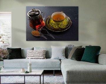 Thé noir au kiwi dans une tasse, théière, kiwi en tranches sur Babetts Bildergalerie