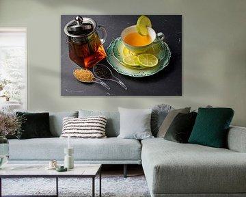 Schwarzer Tee mit Limette, arrangiert auf einem Platzset mit Früchten von Babetts Bildergalerie