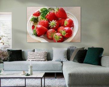 Verse aardbeien met kroon op wit schaaltje van Ans van Heck