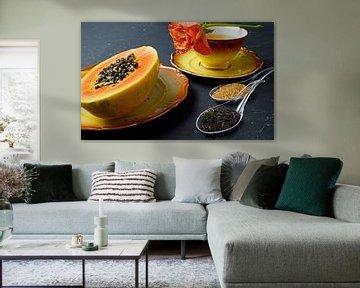 Schwarzer Tee mit geschnittener Papaya und Orangefarbiger Rose von Babetts Bildergalerie