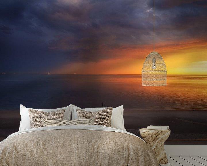 Sfeerimpressie behang: Lucht vol kleur aan de kust van Thom Brouwer