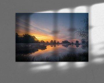 Sonnenaufgang über einen kleinen See auf dem Dwingelderveld von Coen Weesjes