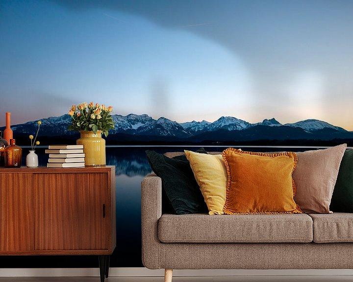 Sfeerimpressie behang: Alpenpanorama aan de Hopfensee in Füssen van Fabian Bracht