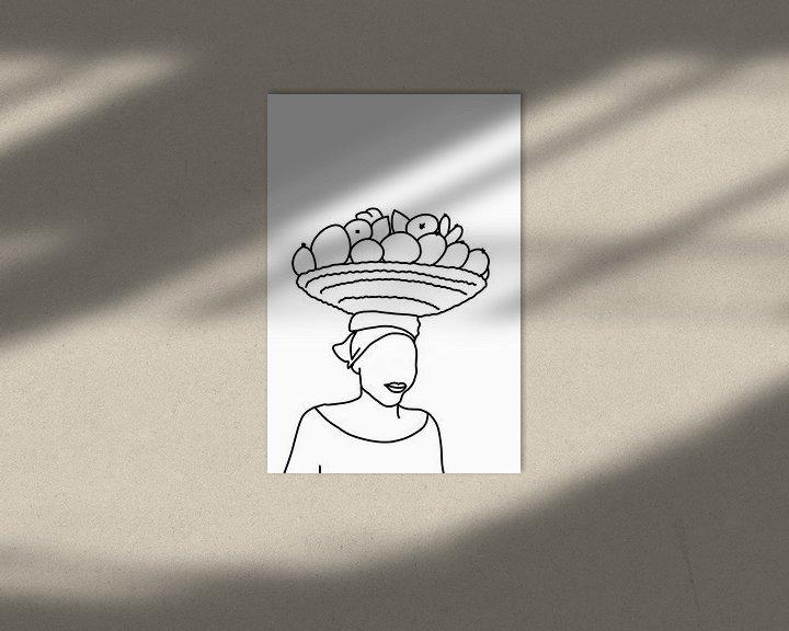 Sfeerimpressie: Vrouw draagt een mand fruit op haar hoofd van MishMash van Heukelom