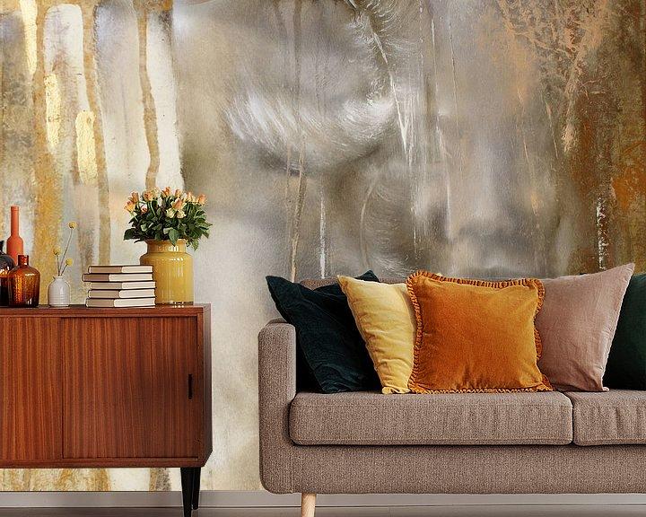 Sfeerimpressie behang: Cora met veren: Variant in goud van Annette Schmucker