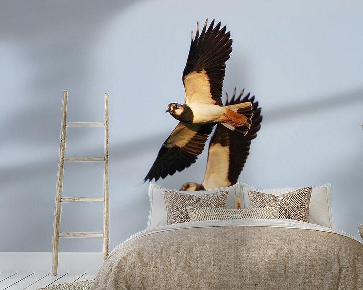 Sfeerimpressie behang: Vliegende Kieviten van Beschermingswerk voor aan uw muur