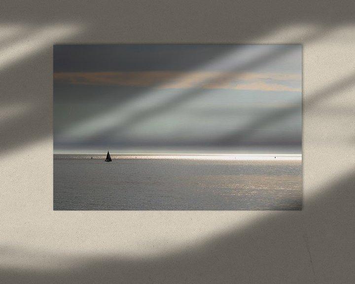 Sfeerimpressie: Zonnestralen en zeiljacht op zee van Anne Zwagers