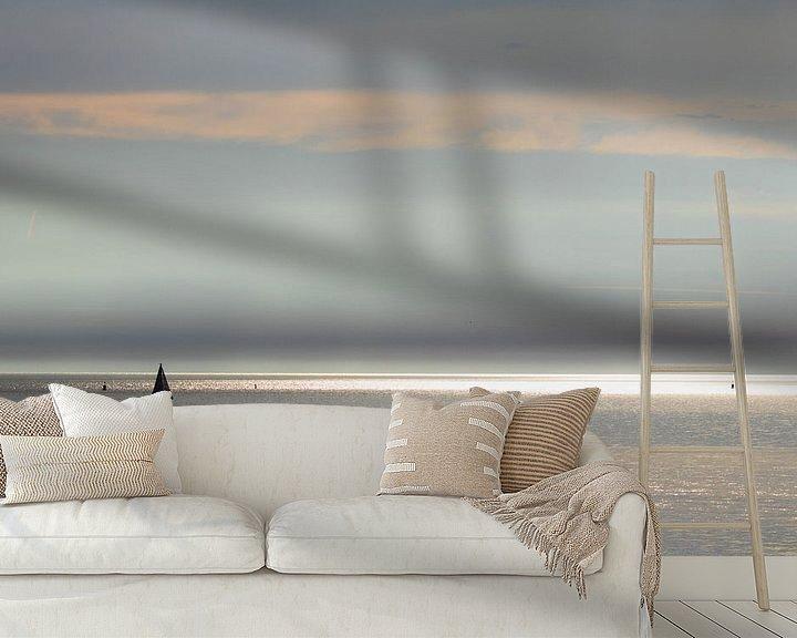Sfeerimpressie behang: Zonnestralen en zeiljacht op zee van Anne Zwagers