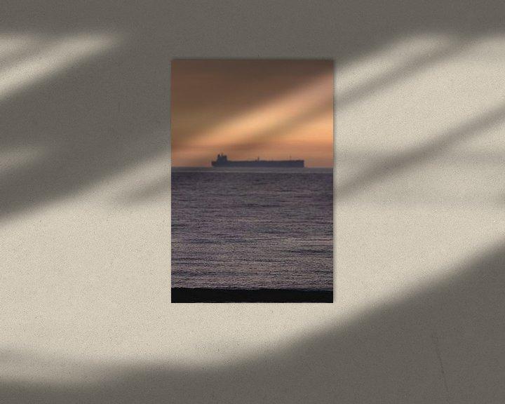 Sfeerimpressie: Boot met Zonsondergang Scheveningen van Anne Zwagers