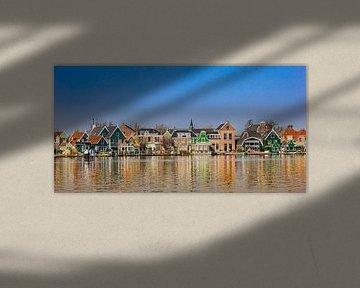 Kleurrijke traditionele huizen aan de Zaan rivier in Zaandijk van Marc Venema